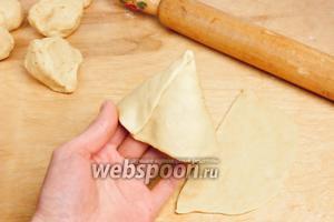Свернуть половину круга конусом путём наложения краёв друг на друга с захлёстом, придавить пальцами, чтобы склеить края. Если тесто не склеивается, то стыки необходимо смочить водой.