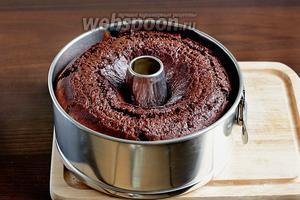 Готовый пирог полностью остудить, а затем извлечь из формы.