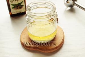 Для соуса: соединить оба вида масла, влить молоко.