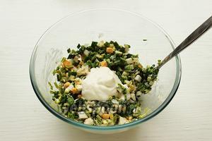 Добавить соус к салату, перемешать.