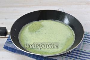 На раскалённую сковороду выливать тесто тонким слоем и жарить с обеих сторон до готовности.