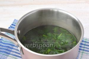 Молодые листья крапивы промыть, залить кипятком. Довести до кипения и готовить 2 минуты.