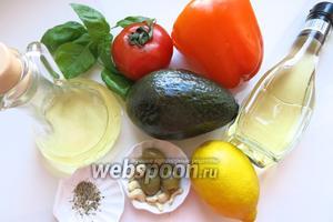 Для салата возьмём помидоры, перец, оливки, кешью, компоненты соуса и пару веточек свежего базилика.
