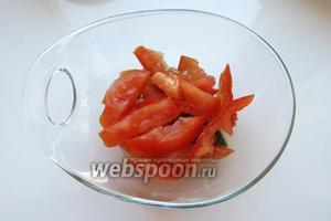 Второй слой — томаты.