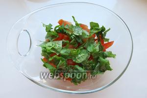 На томаты — слой порубленного свежего базилика.
