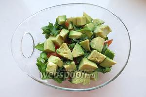 На зелень — второй слой авокадо — наша масляная часть.