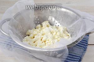 Разморозить кефир при комнатной температуре. На это уйдёт приблизительно 5-6 часов. Образуется очень нежный творог и сыворотка, которую можно использовать для приготовления других блюд.