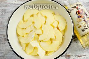 Залить яблочные дольки ромом. Накрыть посуду крышкой или пищевой пленкой. Поставить в холодильник на 40 минут.