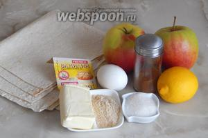 Для приготовления яблочного штруделя с лавашом нам потребуются два армянских лаваша, два крупных яблока, один лимон, сахар, ванилин, корица молотая, панировочные сухари, масло сливочное и яичный желток.