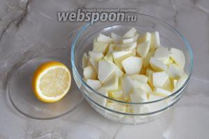 Складываем яблочные ломтики в миску и сбрызгиваем их соком, выжатым из одного лимона. Так яблоки не потемнеют и не развалятся при термической обработке.