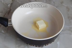 На сковороде растапливаем половину (35 граммов) масла сливочного.