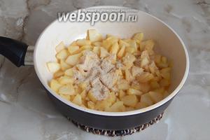 Добавляем к яблокам панировочные сухари — совсем немного, чтобы начинка не поплыла. Можно и вовсе без них. Остужаем начинку и переходим к лавашу.