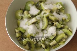 Плоды киви очистить от кожуры, нарезать на кубики произвольного размера и пересыпать сахаром.