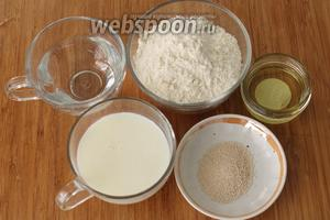 Для булочек нам понадобятся мука, молоко, вода, дрожжи, сахар, соль, растительное масло.