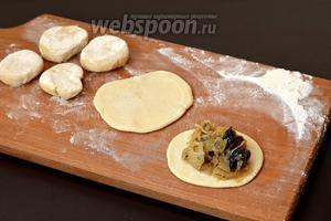 На каждую лепёшку выложить 1 столовую ложку охлаждённой начинки.