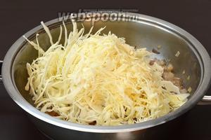 Всыпать капусту в сковороду с луком.
