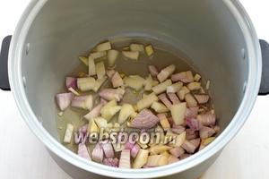 В чашу мультиварки (у меня мультиварка Polaris) выложить подсолнечное масло и порезанный кубиками лук.