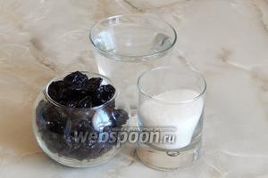 Для приготовления компота из чернослива нам понадобится вода, чернослив и сахарный песок.