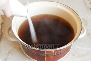 Варим компот 15 минут на огне ниже среднего, периодически помешивая. Добавляем сахарный песок, перемешиваем и варим ещё 5 минут.