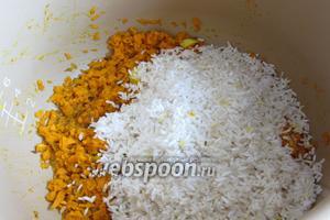Добавить в мультиварку промытый рис.