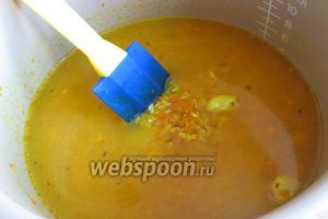 Залить рис с приправами водой или бульоном. Включить режим «Рис», у кого его нет, то «Плов» или «Гречка».