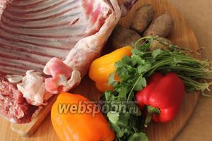 Для кабырга-тава понадобятся бараньи рёбрышки, картофель, болгарские перцы, соль и молотый чёрный перец.