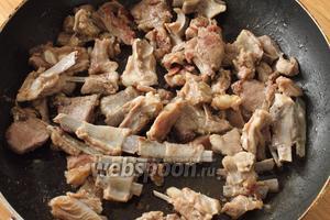 Мясо пустит сок и будет тушиться на медленном огне в собственном соку до полного выпарения жидкости. Сейчас самый момент посолить и поперчить мясо.
