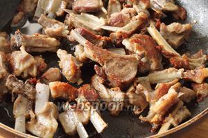 Жидкость полностью выпарилась и теперь мясо будет жариться в собственном жире. Масла добавлять нет необходимости. Периодически переворачивайте мясо, чтобы оно обжарилось со всех сторон, но смотрите не пересушите мясо! Оно должно остаться нежным и мягким, с собственным соком.
