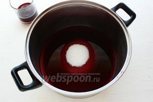 Отлить четверть стакана, сока. Остальной сок смешать с сахаром, довести до кипения.