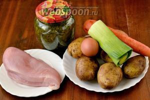 Для приготовления супа нам понадобится  консервированный щавель , картофель, половина куриной грудки, лук (я взяла порей, но можно и репчатый), морковь, яйцо, соль.