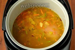 Вливаем 1,5 литра воды, кладём кусок куриной грудки и картофель, солим, включаем программу «Суп» по умолчанию на 1 час.