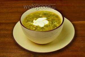 Подаём суп со сметаной.
