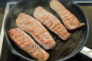 Переворачиваем на другую сторону и также жарим только 1 минуту. Сразу вынуть мясо на холодную тарелку и остудить.
