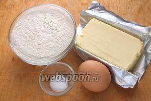 Подготовьте необходимые ингредиенты для теста: Муку, холодное сливочное масло, соль, крупное куриное яйцо (С0), пару столовых ложек ледяной воды. Предварительно отварить пшено — понадобится 250 грамм.