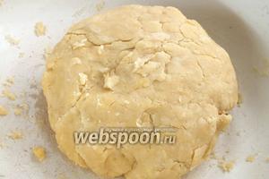 Замесите довольно крутое рассыпчатое тесто и соберите его в шар. Уберите тесто на 30 минут в холодильник. За это время можно приготовить начинку и разогреть духовку до 190°C.