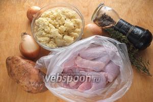 Подготовьте ингредиенты для начинки: варёное пшено, кусочки цыплёнка, картофель, лук, тимьян, соль, перец.