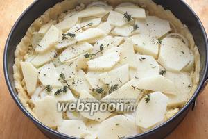Следующий слой: сырой, тонко нарезанный картофель и тимьян плюс ещё немного соли и перца.