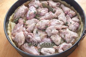 Последним слоем пойдёт чуть обжаренный цыплёнок, лавровый лист и тимьян. Ещё немного соли и перца.
