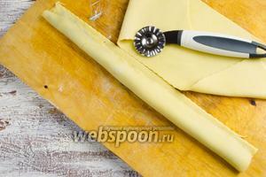 Отрезать тесто с начинкой вдоль слепленного края с помощью ролика для теста.