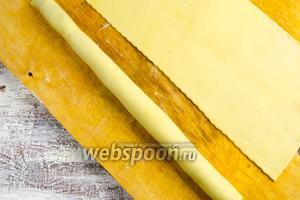 Перекатить на смазанный шов трубочку с начинкой так, чтобы шов оказался под ней.