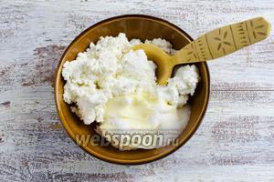 Творог, мягкое масло, ванилин и соль перемешать до однородной массы.