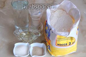 Для начала подготовим продукты: воду кипячённую, муку пшеничную в.с., соль, сахар, дрожжи сухие, масло растительное без запаха.