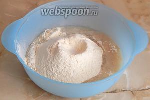 Переливаем дрожжи в большую по размерам миску и всыпаем просеянную (по желанию дважды) муку и соль. Немножко муки оставим для посыпки пергамента.