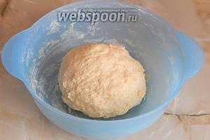 Быстро замешиваем тесто. Когда мука впитает жидкость, добавляем часть масла и собираем тесто в колобок. Отправляем в тёплое место на расстойку. Я всегда это делаю в микроволновке, предварительно подогрев там 100 мл воды в банке. Таким образом, создаётся необходимое тепло. Тесту там благодатно и спокойно — самое то место, где можно отдохнуть и подрасти. Не поверите, но нам хватит всего 20 минут.