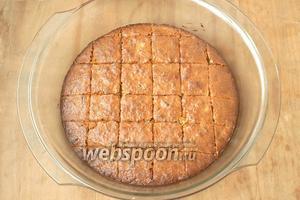 Разогреть духовку до 180ºC и выпекать пирог 30 минут. Затем вынуть и остудить минут 10. Нарезать на квадраты.