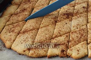 Готовое печенье достать из духовки и ещё раз провести ножом по линиям.