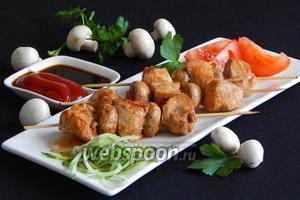 Куриные шашлычки с шампиньонами на шпажках на сковороде