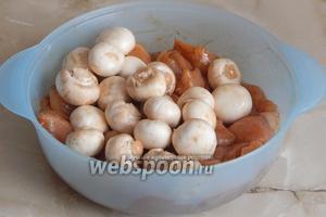 А теперь добавляем к мясу грибы. Осторожно перемешиваем всё, но так, чтобы не поломать шампиньоны.