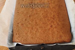 Готовый кекс достаём из духовки.
