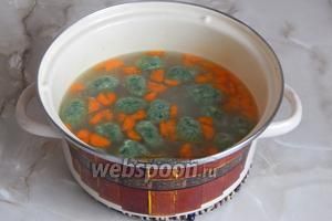 Картофель и морковь очищаем и нарезаем не очень крупно произвольными кусочками. Доводим до кипения овощной бульон, солим его и закладываем овощи. Чем мельче вы их порежете, тем быстрее они сварятся. Когда картофель с морковью будут готовы, закладываем в суп галушки. Вначале они опустятся на дно, но как только всплывут, варим суп ещё пару минут и выключаем.